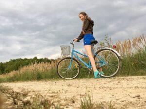 Девушка на велосипеде на природе